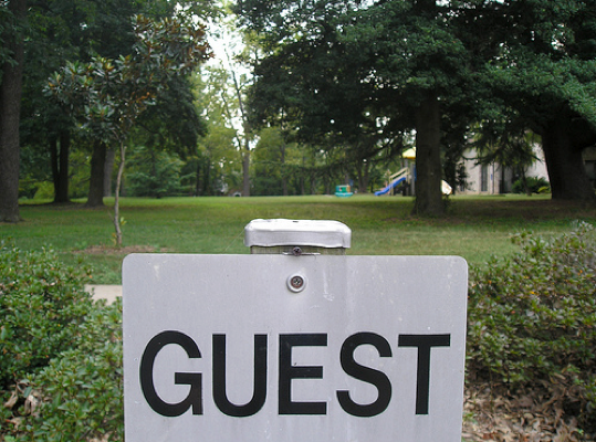 Read more about the article 5 Questions to Ask Yourself about Hosting Guest Bloggers